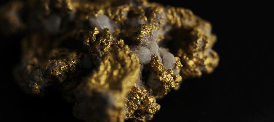 自然金の中に見える複雑な石英の粒