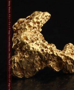 2.3gの低い山のような形状をしている自然金-g0261-2