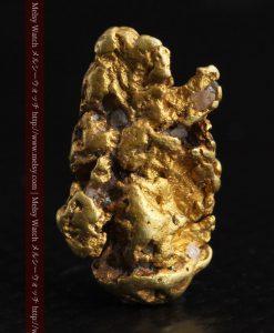2.35gの芸術作品のような個性的な形をしている自然金-g0265-1
