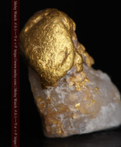 1.37gのキノコのような形の自然金と石英-G0316-1
