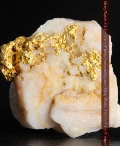 2.54gのオレンジ色の石英の中に見える自然金-G0351-1