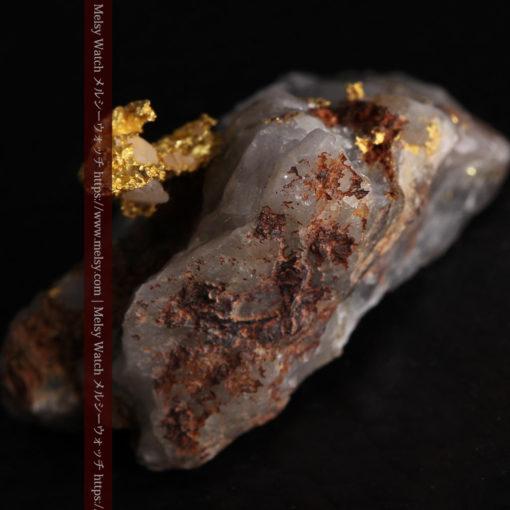 4.39gの石英から飛び出す立体的な自然金-g0386-8