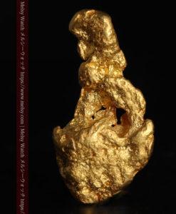 3.83gの台座に立つ中世の彫像のような形の自然金-G0411-1